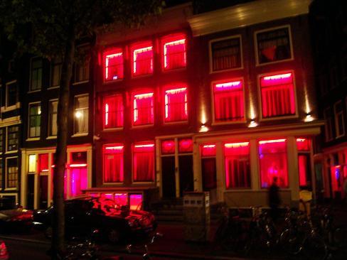 Amsterdam, le Vetrine del quartiere a Luci Rosse
