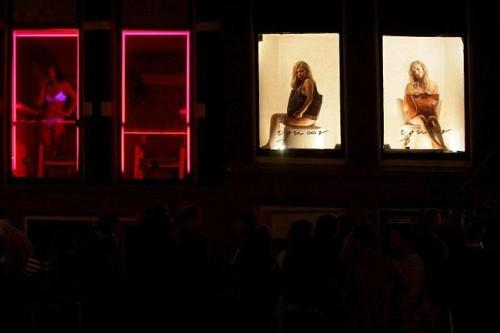 Amsterdam, sfilate nelle vetrine delle prostitute