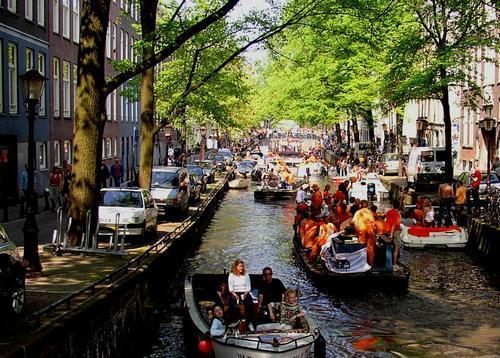 Amsterdam, il Giorno della Regina, nei canali