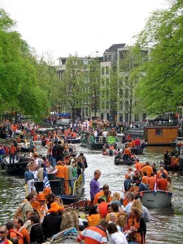 Amsterdam, il Giorno della Regina, arancioni nei canali
