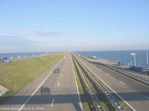 la Diga dell'Afsluitdijk, le ombre delle 3 amiche sul ponte