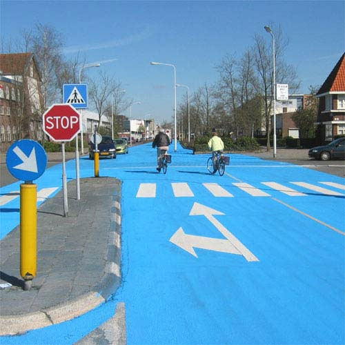 Henk Hofstra, un lungo fiume blu ad Amsterdam per protestare contro la sparizione dei canali