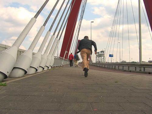 L'Olandese che si autofotografa mentre scappa su un ponte